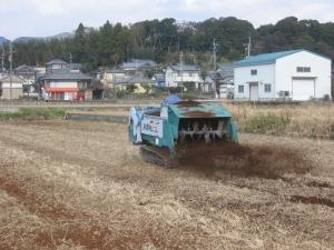 s160107金田さんが堆肥散布作業中
