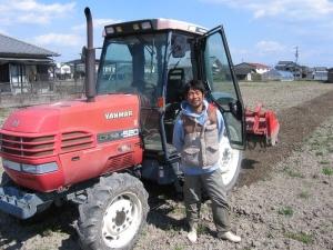 S190317トラクターバックに田島さん